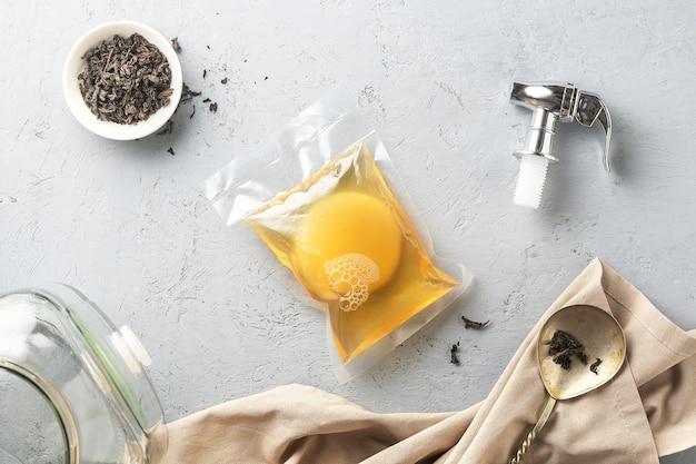 Kombucha in una confezione con ingredienti per cucinare. alimenti fermentati.