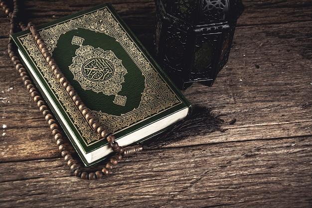 Corano - libro sacro dei musulmani oggetto pubblico di tutti i musulmani sul tavolo, natura morta.
