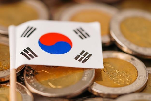 Bandiera della corea sulle monete impilate