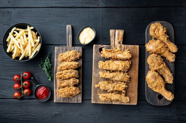 Tagli di pollo fritto barbecue coreano sulla tavola di legno nera, vista dall'alto