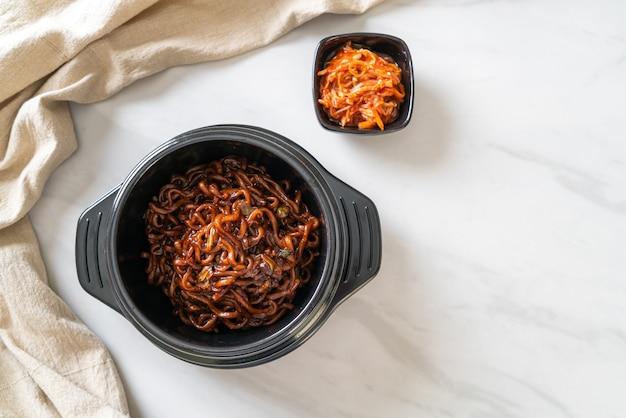 Spaghetti neri coreani o spaghetti istantanei con salsa di soia chajung arrosto (chapagetti) - stile coreano