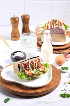 Panino coreano per colazione con pane viola, uova sode, lattuga, salsa di pomodoro e maionese