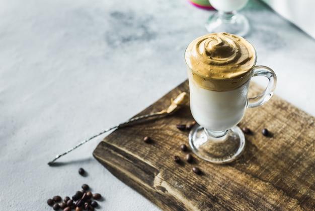 Latte coreano di caffè dalgona con schiuma di caffè istantaneo