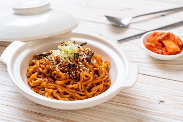Noodle istantanei caldi e piccanti coreani con kimchi