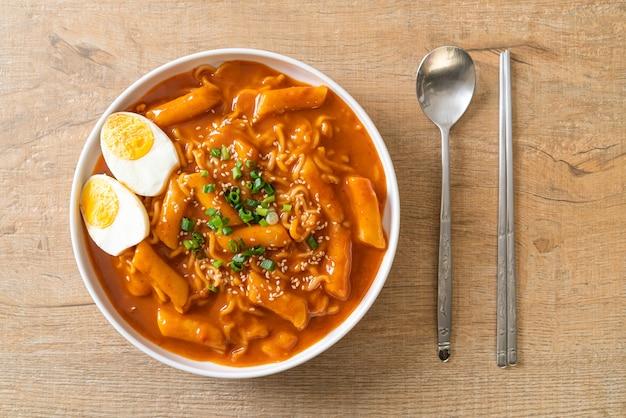 Spaghetti istantanei coreani e tteokbokki in salsa piccante coreana, rabokki. stile di cibo coreano