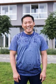 L'uomo coreano si stende sullo sfondo della città.
