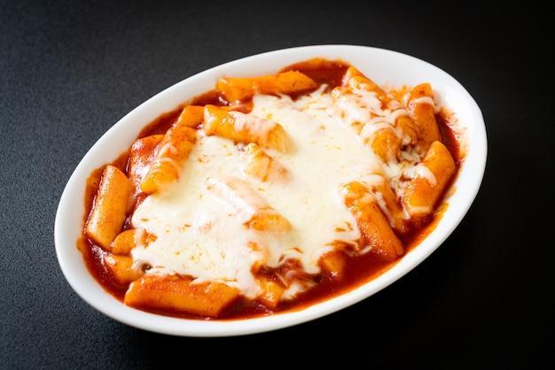 Torta di riso coreana in salsa piccante coreana con formaggio, formaggio tokpokki, tteokbokki con formaggio - stile alimentare coreano