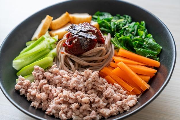 Tagliatelle fredde piccanti coreane - bibim makguksu o bibim guksu - stile alimentare coreano