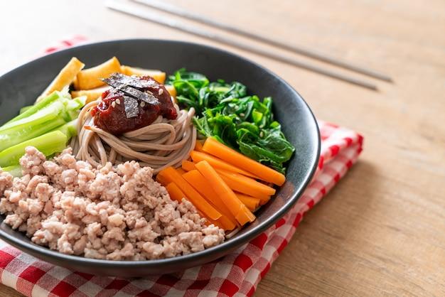Tagliatelle fredde piccanti coreane chiamate bibim makguksu