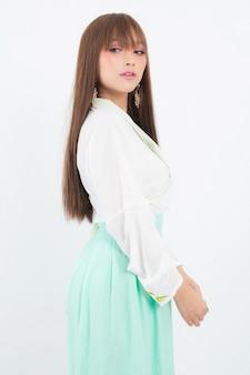 Donna coreana che indossa un abito tradizionale coreano su bianco