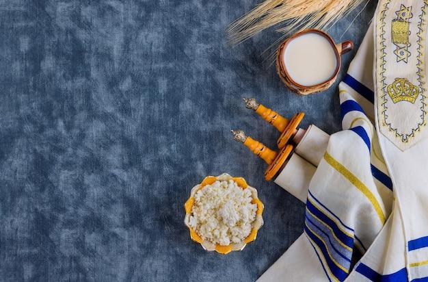 Prodotto caseario kosher per la celebrazione della festa ebraica shavuot torah e kippah