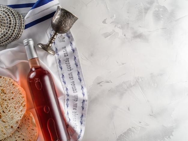 Bicchieri di vino kosher, matzah, kippah e seder per pesach. vista dall'alto. pane azzimo ebraico pane azzimo pasqua festa ebraica.
