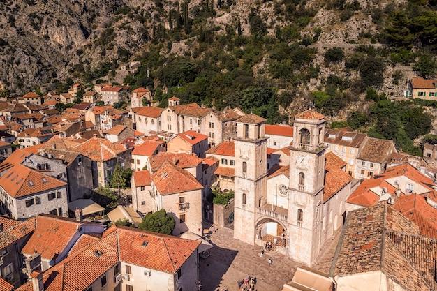 Antichi piccoli villaggi di cattaro, città medievali e montagne panoramiche.