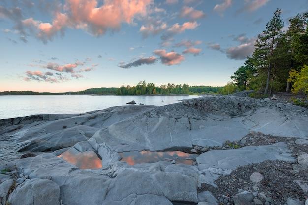 Isola di koyonsaari sul lago ladoga in carelia alba di mattina di estate
