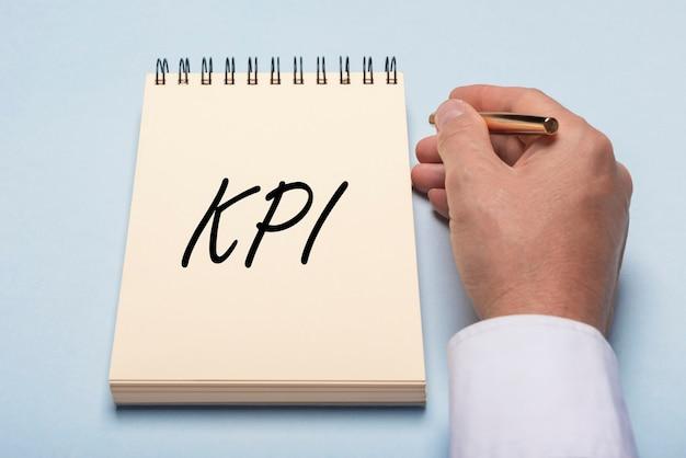 Iscrizione acronimo kpi. concetto di indicatore chiave di prestazione.