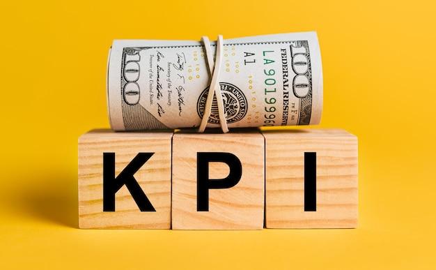 Kpi con soldi su uno sfondo giallo.
