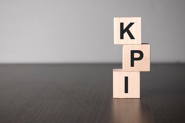 Kpi blocchi di legno con lettere, indicatore di prestazioni chiave concetto kpi, vista dall'alto su sfondo grigio