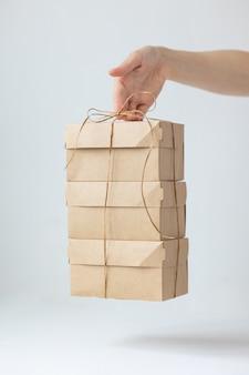 Scatole di cartone kraft consegna di cibo o abbigliamento modi moderni per acquistare cibo con consegna