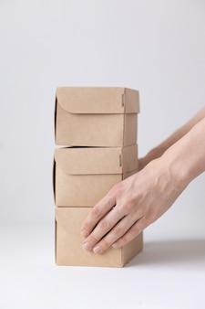 Scatole di cartone kraft consegna cibo o abbigliamento modi moderni per acquistare cibo con consegna