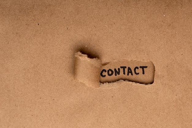 Carta kraft con un buco dove è scritto con un pennarello