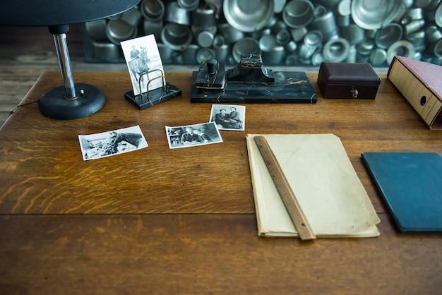 Cracovia, polonia - 4 giugno 2014. il gabinetto di oscar schindler con le sue cose e stazionario sulla scrivania nella fabbrica del museo a cracovia, polonia
