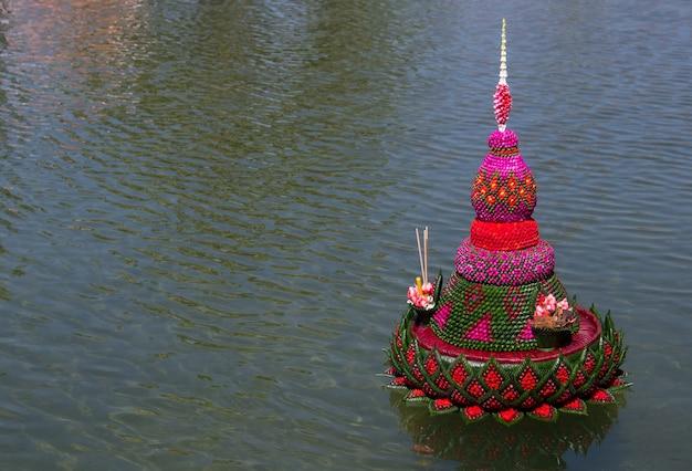 Krathong fatto con foglie di banana e decorato con fiori