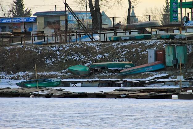 Kremenchug, ucraina - 5 gennaio 2017: vecchi pescherecci in porto sul fiume congelato dnieper