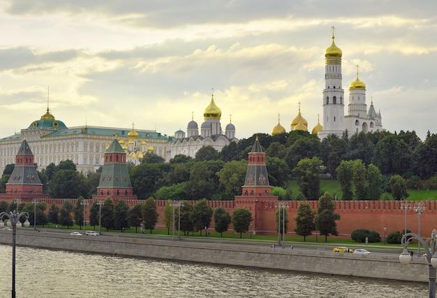 Argine del cremlino del cremlino di mosca in serata architettura medievale russa