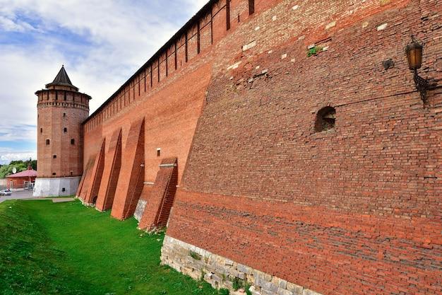 Cremlino a kolomna, fortezza rossa, muratura di un'antica fortificazione