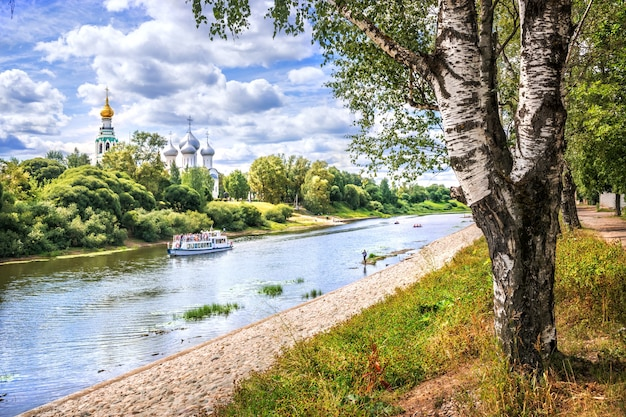 Cremlino e motonave sul fiume a vologda in una giornata di sole estivo