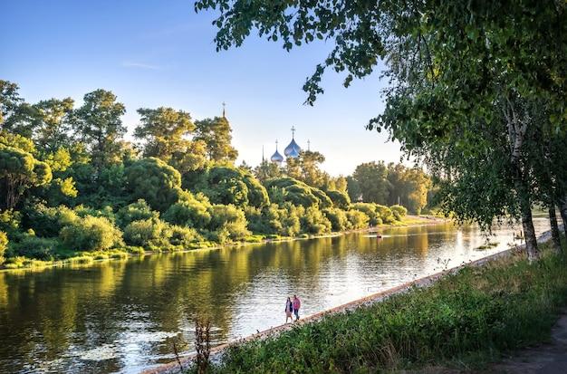 Il cremlino e il fiume a vologda alla luce di una sera d'estate