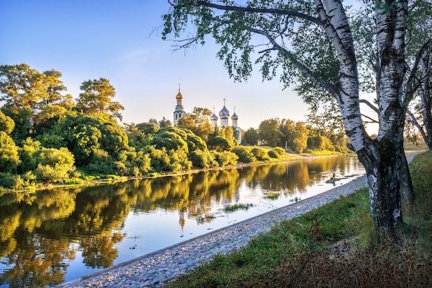 Templi del cremlino e riflesso nel fiume a vologda alla luce di una sera d'estate