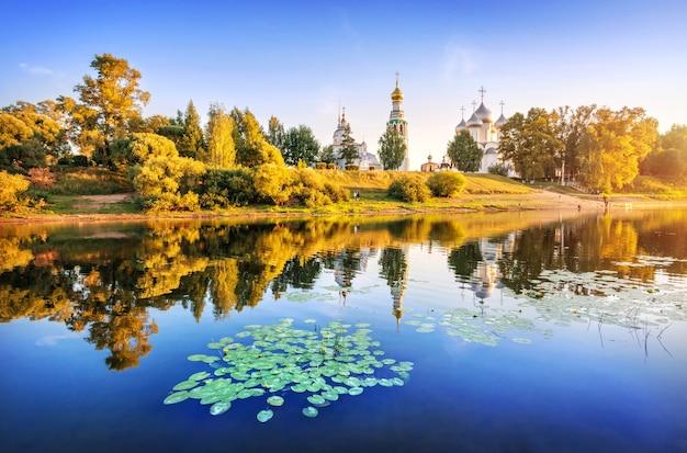 Templi del cremlino e ninfee nel fiume a vologda alla luce di una sera d'estate