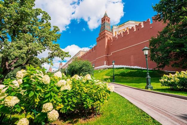 Torre e mura del cremlino a mosca, l'attrazione principale della russia