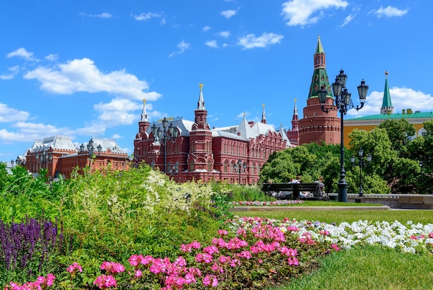 Torri del cremlino sulla piazza rossa e il museo storico statale nel giorno d'estate
