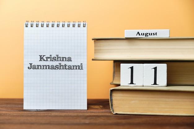 Krishna janmashtami, calendario festivo indiano su blocchi di legno con spazio di copia