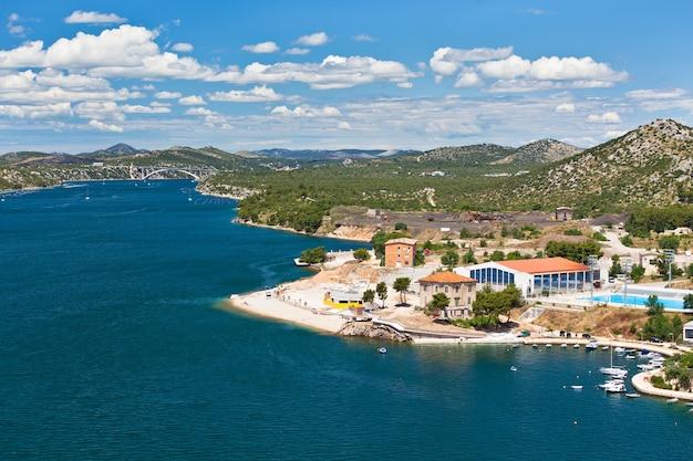 Vista del fiume krka dalla città di sibenik, croazia. inquadratura orizzontale