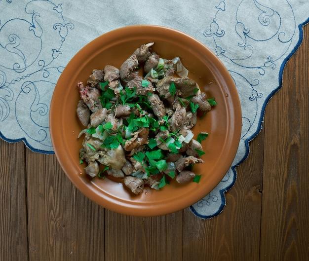 Kuchmachi - piatto tradizionale georgiano di fegatini di pollo, cuori e ventriglio con noci Foto Premium