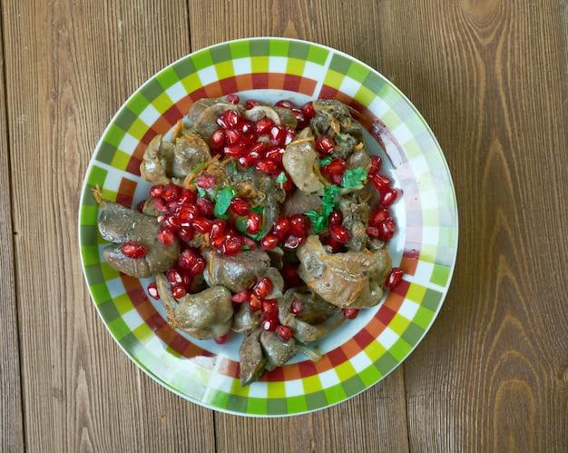 Kuchmachi - piatto tradizionale georgiano di fegatini di pollo, cuori, melograno e ventriglio