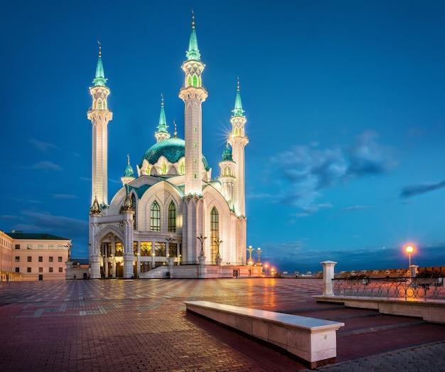 Moschea kul sharif nel crepuscolo blu della notte a kazan
