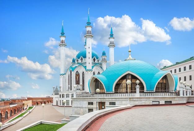 La moschea kul-sharif e l'edificio sotto la cupola del cremlino di kazan sotto bellissime nuvole bianche e cielo blu