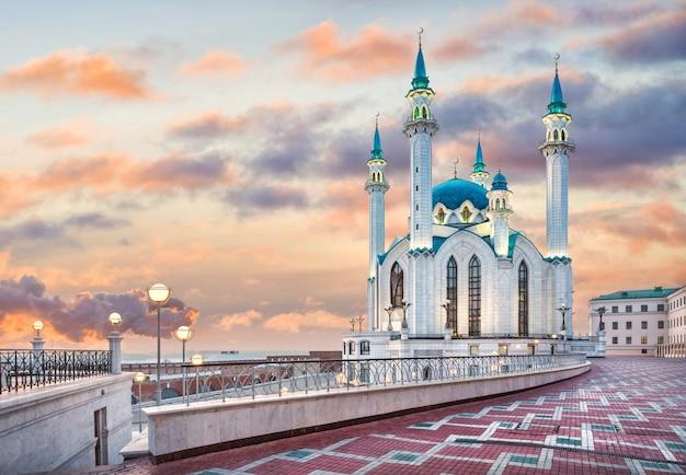 Moschea kul sharif al cremlino di kazan sotto un bellissimo cielo al tramonto. didascalia: souvenir del cremlino. didascalia: circo