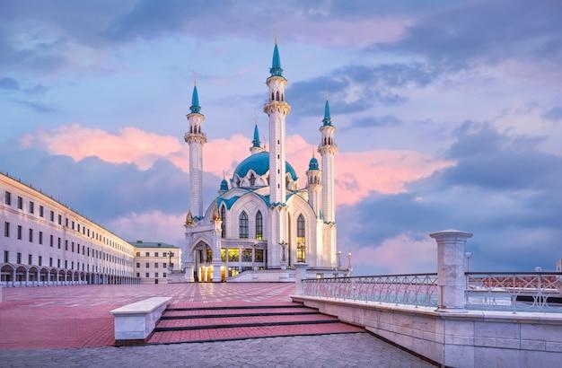 Moschea kul sharif nel cremlino di kazan sotto un cielo di alba blu e rosa