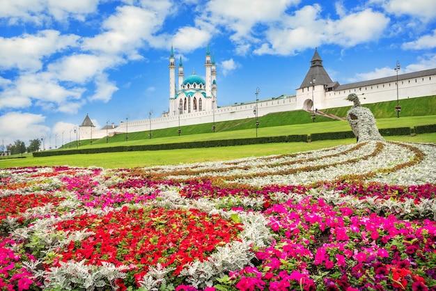 Moschea kul sharif nel cremlino di kazan e fiori colorati sotto forma di pavone sotto un cielo blu con nuvole bianche