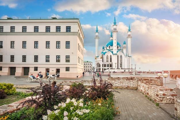 Moschea kul-sharif nel cremlino di kazan e un letto di fiori tra antiche rovine sotto un cielo blu