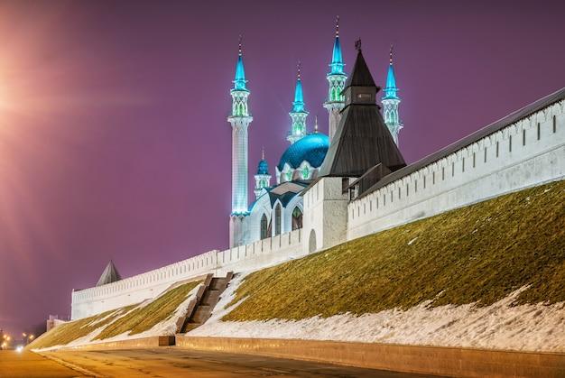 La moschea kul-sharif a kazan in una notte d'inverno e il cielo lilla