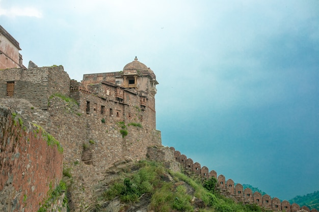 Il forte di kumbhalgarh è una fortezza di mewar costruita sulle colline aravalli nel xv secolo dal re rana kumbha nel distretto di rajsamand, vicino a udaipur. è un sito del patrimonio mondiale incluso in hill forts of rajasthan.