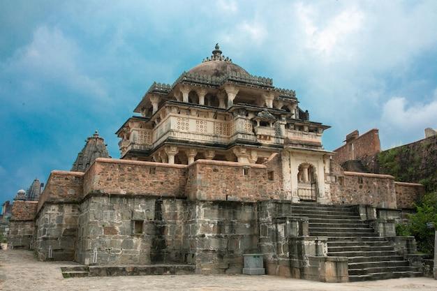 Forte di kumbhalgarh, rajasthan, india - 28 febbraio 2014: i templi, le mura ei monumenti del forte di kumbhalgarh, un sito del patrimonio mondiale dell'unesco con uno dei più grandi complessi di mura del mondo