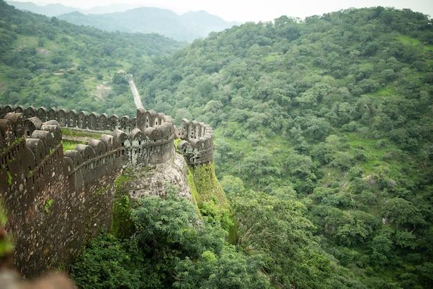 Fortezza e parete di kumbhalgarh nel rajasthan, india