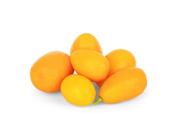 Kumquat isolato su sfondo bianco